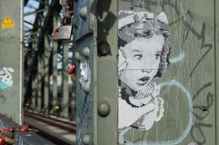 Streetart aus Köln, Kind, Liebesschlösser, Brücke