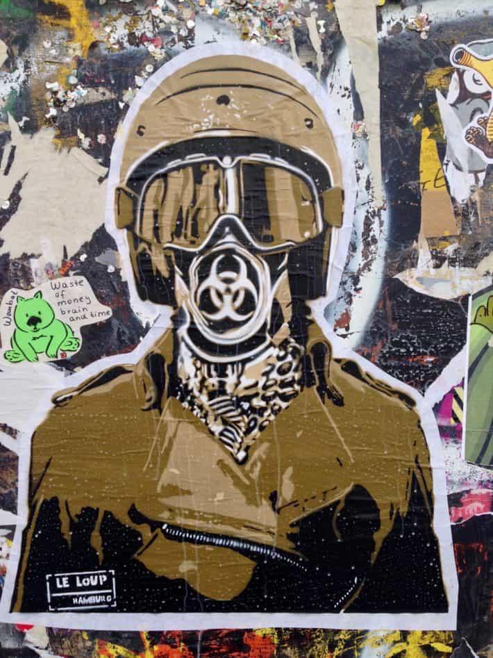 Streetart Juni 2017, Berlin, Friedrichshain, Initmes Wand, Mann, Uniform, dunkel