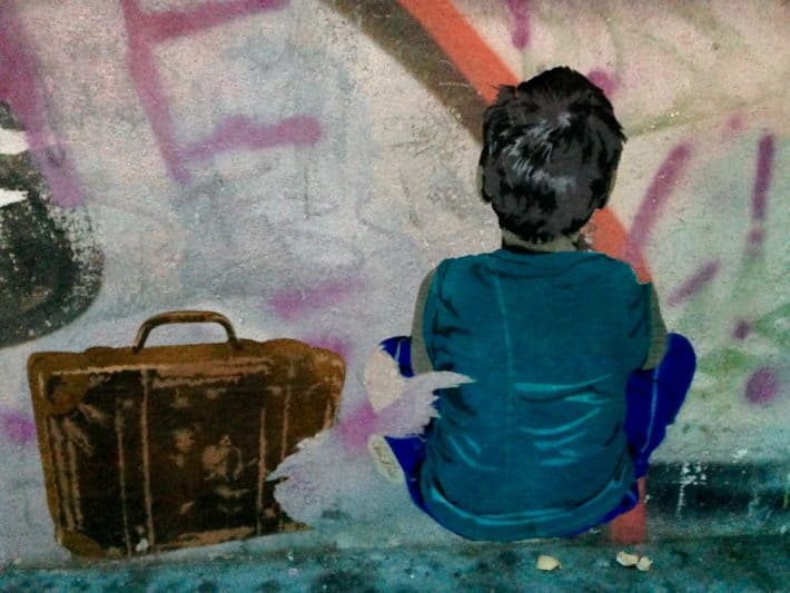 Streetart, Juli 2017, Köln, Junge, Koffer, Abschied, dunkele Farben