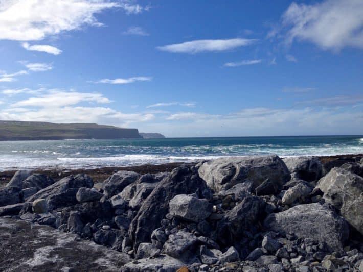 Ein Blick vom HAfen in Doolin auf die Cliffs of Moher