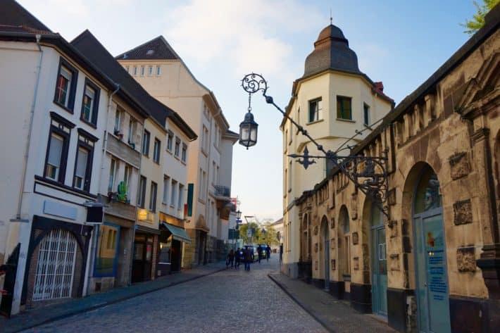 Nachtwächterrundgang in Mönchengladbach, Foto der Altstadt, alte Häuser, Laterne, blauer Himmel