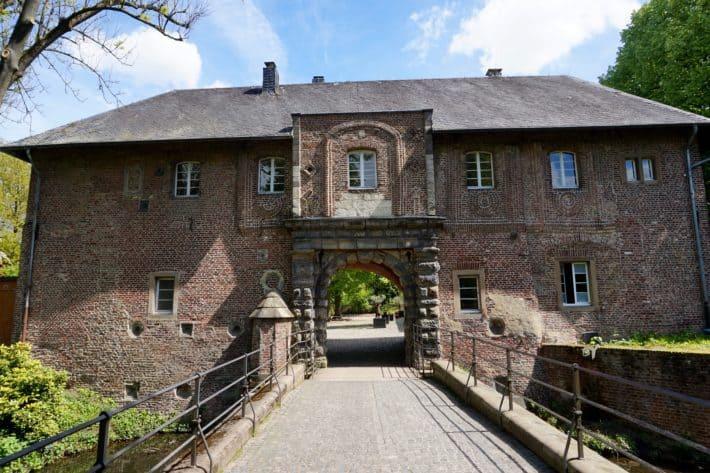 Schloss Rheydt in Mönchengladbach, Wasserschloss, Brücke, Blauer Himmel
