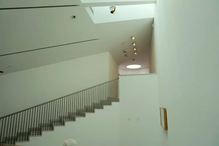Museum Abteiberg in Mönchengladbach von innen. Weiß, hell, gut ausgeleuchtet
