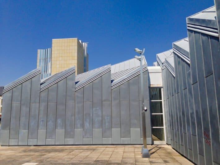 Museum Abteiberg in Mönchengladbach von außen, Fassade, silber, Sandstein, blauer Himmel