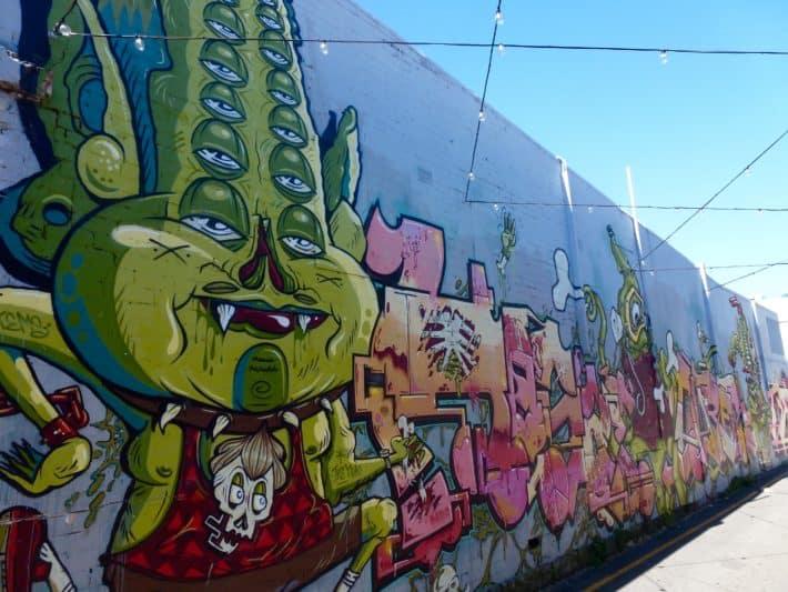 Streetart Perth, lage Wand, voll besprüht, Tags und Bilder
