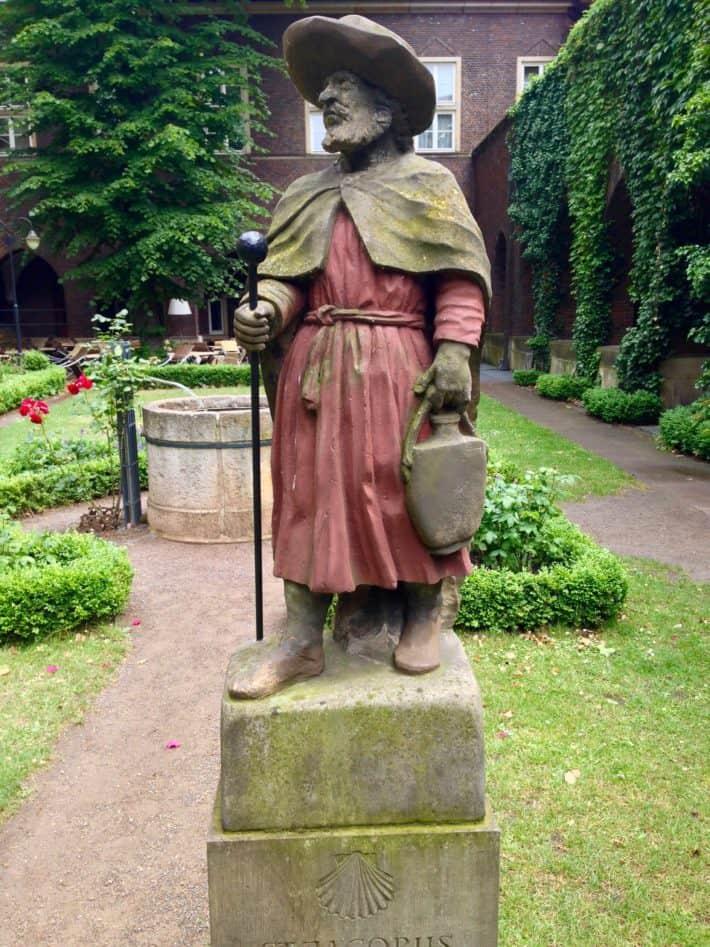 Artikel Pilgerherberge Via Baltica. Zum Schluss findet man in Bremen in den Klostergärten eine schöne Skulptur vom Heiligen Jakobus.