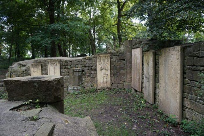 Grabsteine, Klosterruine Disibodenberg, Etappenziel Hildegard von Bingen Pilgerwanderweg