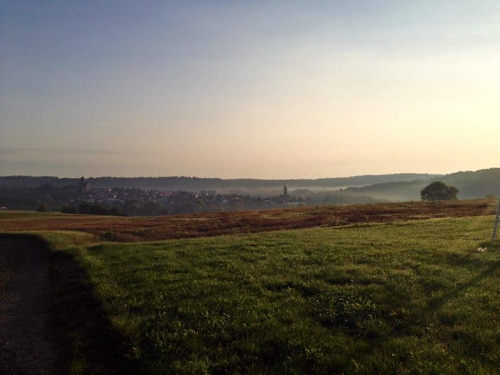 Pilgerwanderweg, früher Morgen, Sonnenaufgang, Dunst, Nebel, Felder