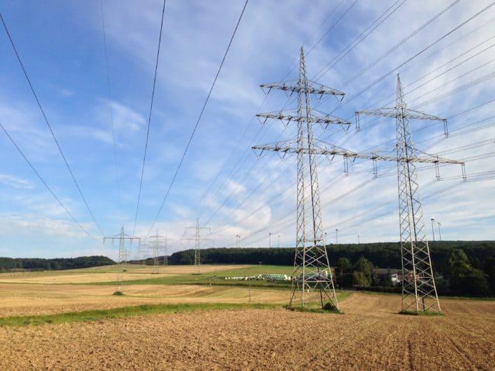 8. Etappe Hildegard von Bingen Pilgerwanderweg, Felder, Stromleitungen, blauer Himmel