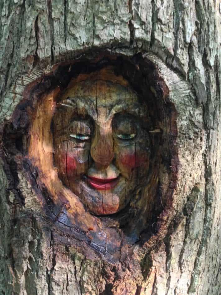 Hildegard von Bingen Pilgerwanderweg, Holzschnitzerein, Kopf, Frau, Rote Wangen
