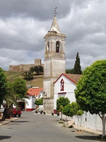 Jedes Dorf hat mindestens ein Storchennest auf der Via-de-la-Plata, Jakobsweg