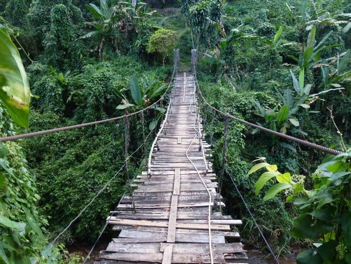 Hängebrücke über den Fluss Mae Sa