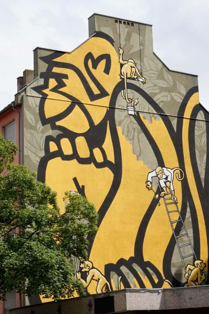 Street Art, Düsseldorf, gelber Affe auf kompletter Hausfassade