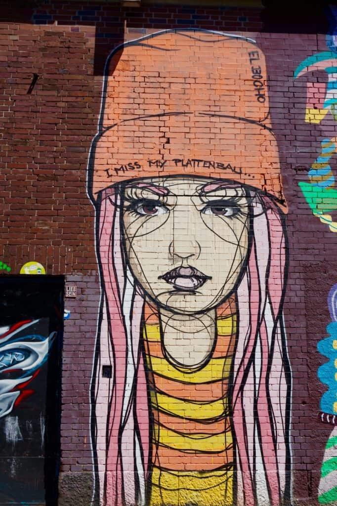 Streetart Köln, 08/2017, El Bocho, Mädchen, Mütze, bunt an Backsteinmauer