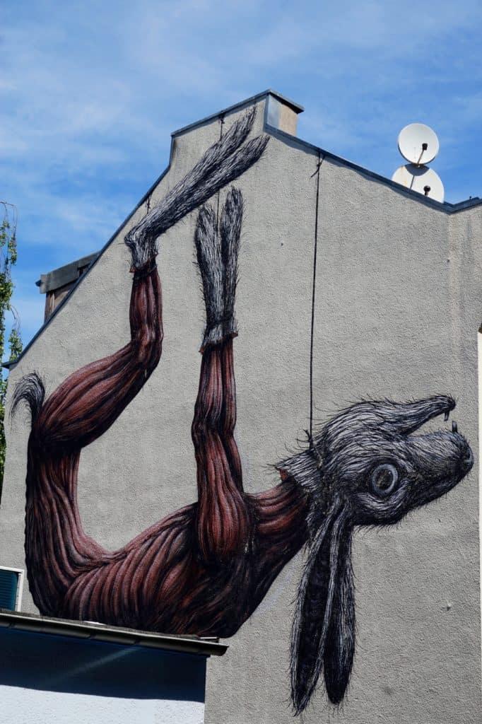 Streetart Köln, August 2017, Hase, gehäutet, an Fäden, an kompletter Hausfassade