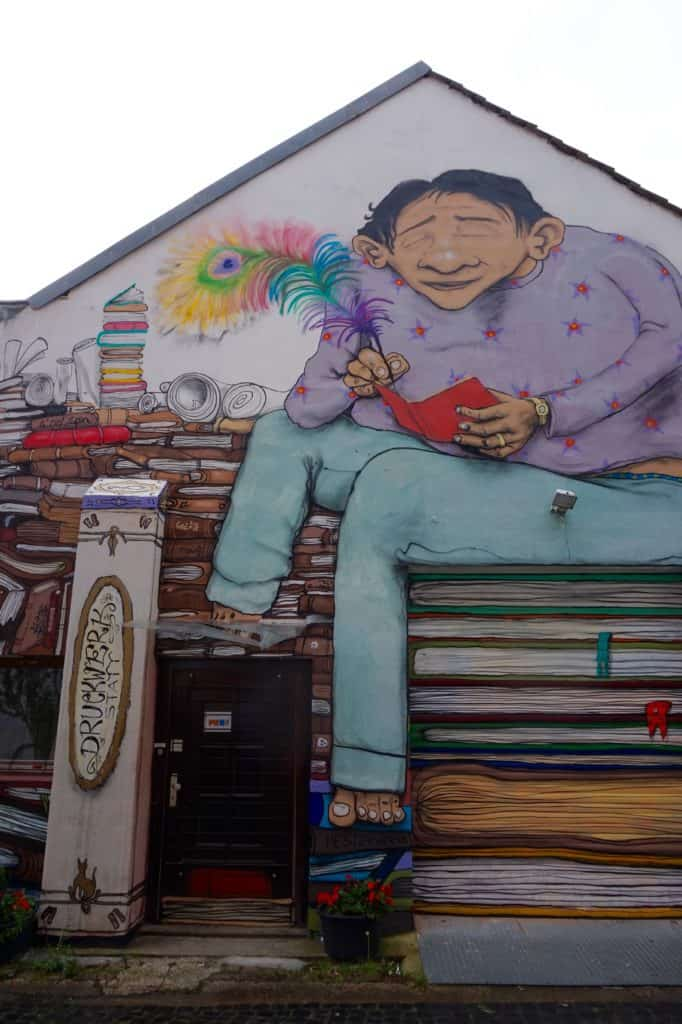 Streetart, komplette Hausfassade, Mensch, bunt