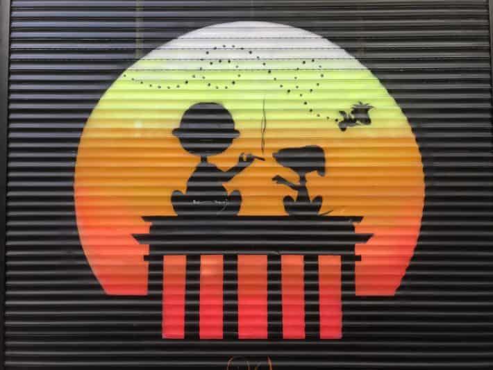 Streetart, Berlin, Rollladen, Snoopy, Charlie Brown, Woodstock, Sonnennuntergang, Brandenburger Tor