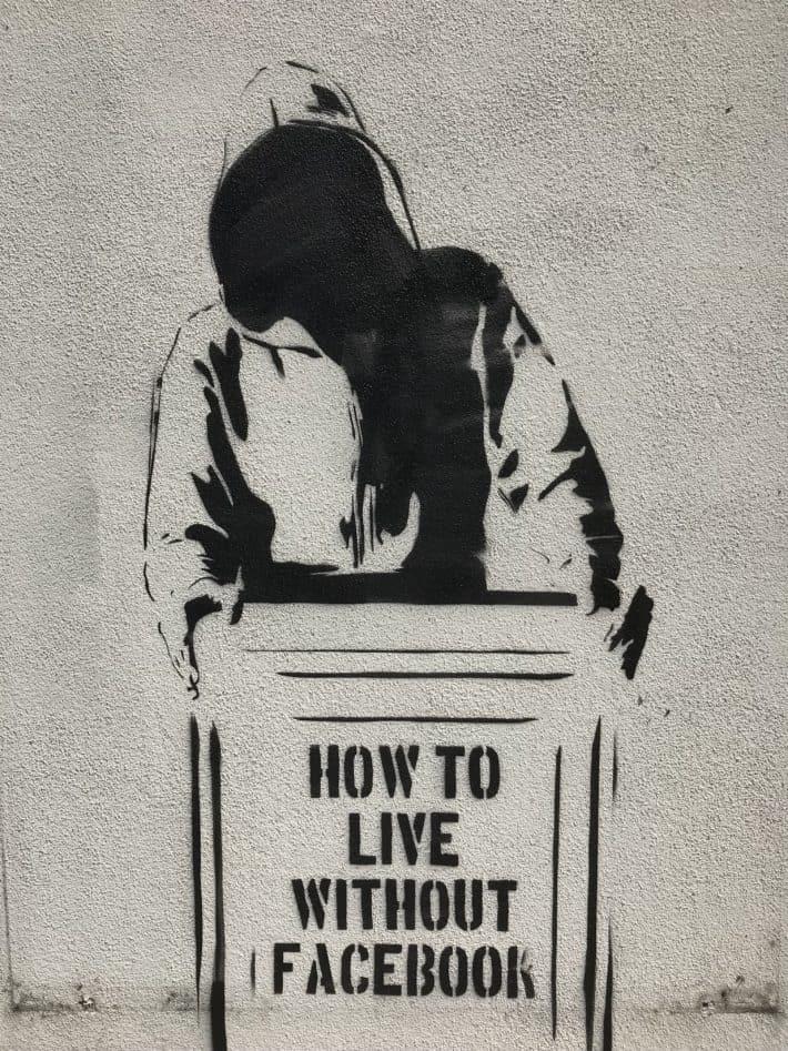 Streetart, schwarz weiß, Friedrichshain, How to live without facebook