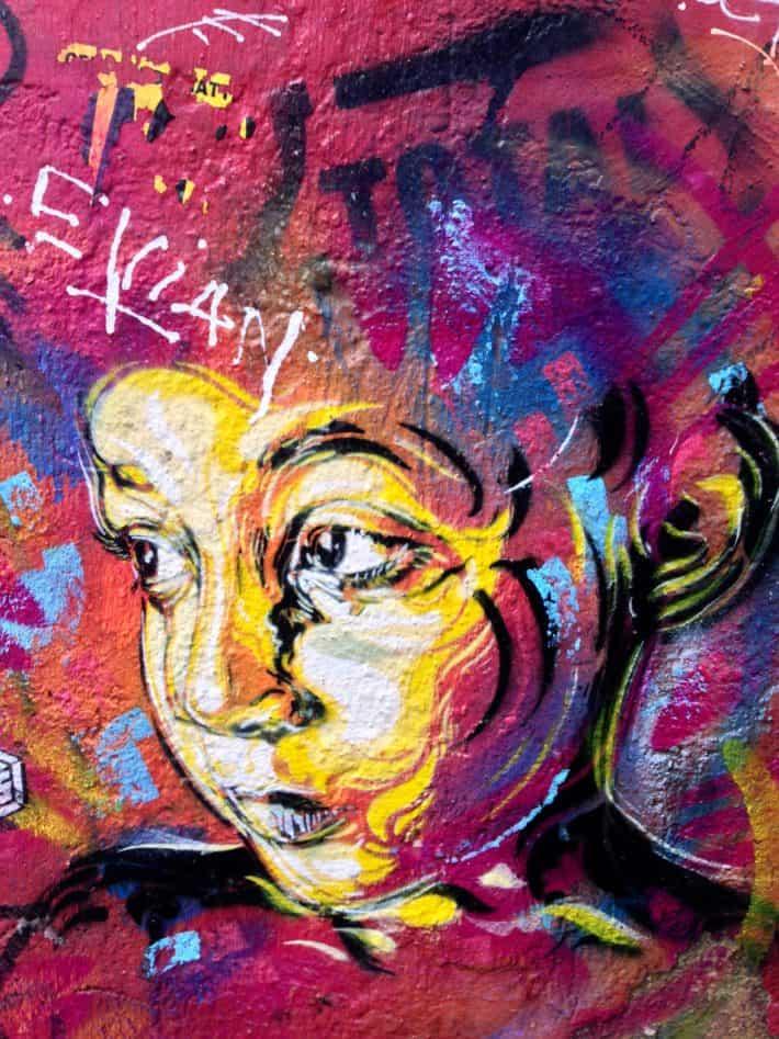 Street Art, Berlin, Kind, Gesicht, bunt, guckt traurig, Wallart