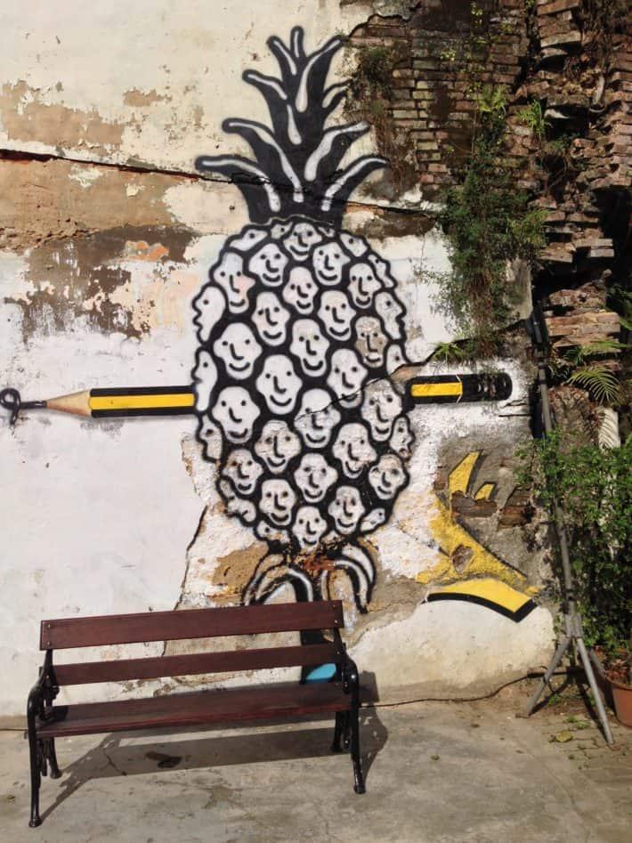 Streetart Phuket Town, Thailand, Ananas, Menschenköpfe, Bleistift