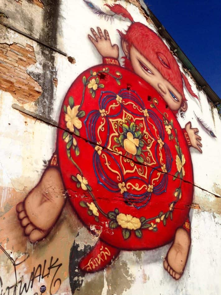 Streetart Pkuket Old Town, rote Figur an Hauswand