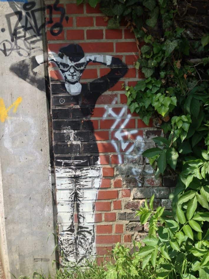 Streetart Juni 2017, Mönchengladbach, MG City, Mensch, schwarz - weiß an Backsteinmauer
