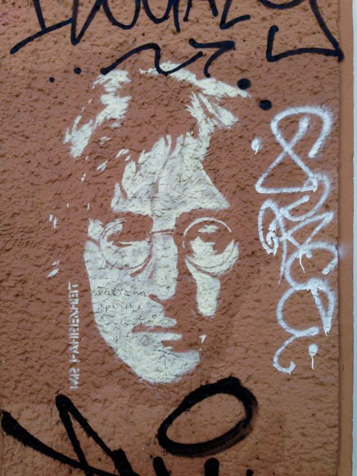 Streetart Berlin Juni 2017, John Lennon, Weiß, braun- rote Hauswand