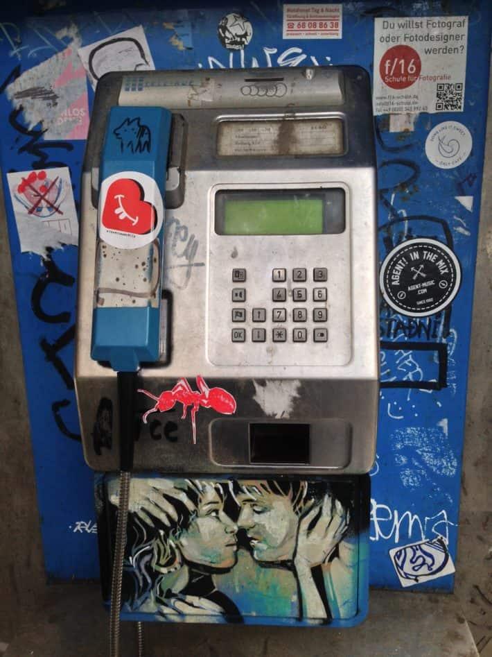 Streetart Juli 2017, Telefonzelle, blau, küssendes Paar