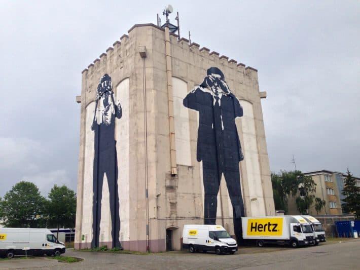 Streetart, Bremen, August 2017, Haus, Schwarz weiß, Männer mit Ferngläsern, riesig groß