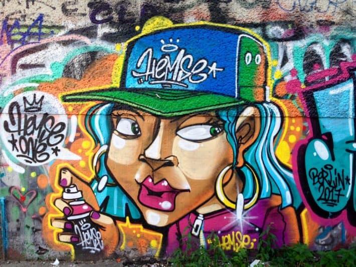 Streetart, Berlin, bunt, Frau, Gesicht, Basecap, Spraydose