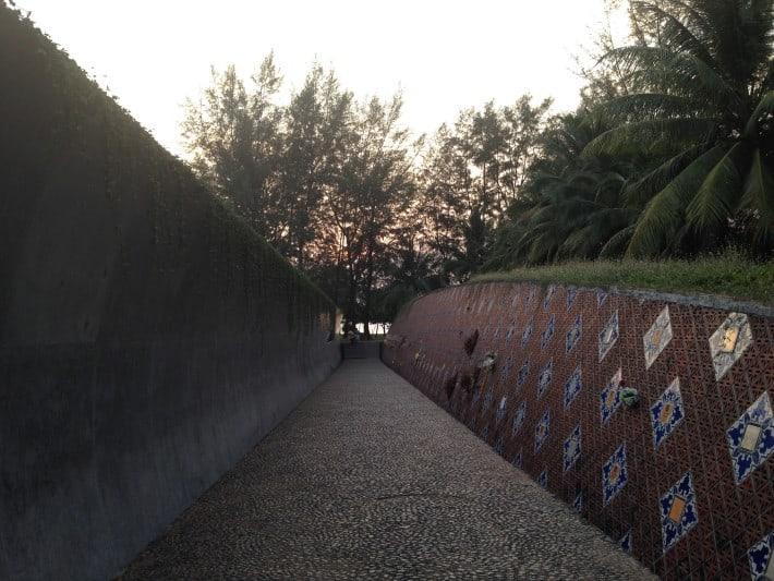 Welle und Gedenkmauer Memorial Park