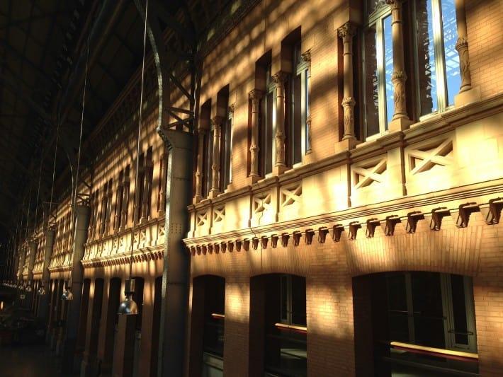 Lichtspiele im Atocha Bahnhof Madrid