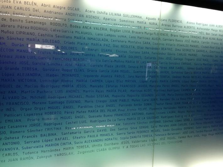 Namenstafel Denkmal im Atocha Bahnhof Madrid