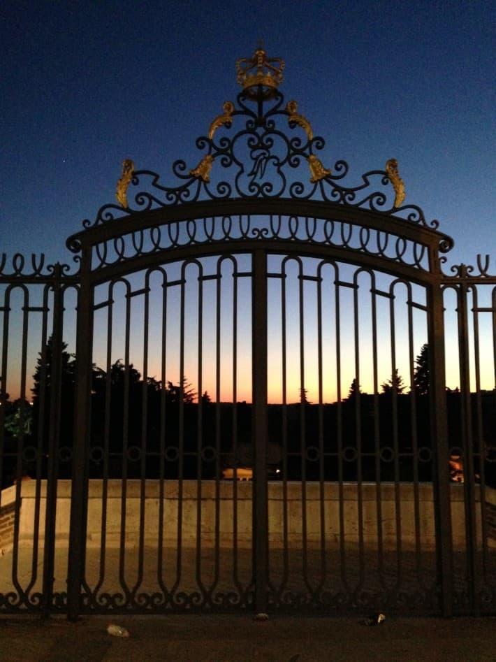Sonnenuntergang am Königspalast in Madrid