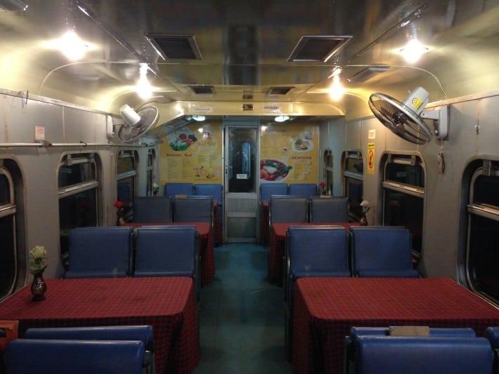 Speisewagen im Nachtzug von Bangkok nach Chiang Mai