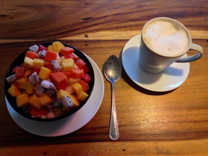 Obstsalat mit Müsli und Joghurt im Ethos