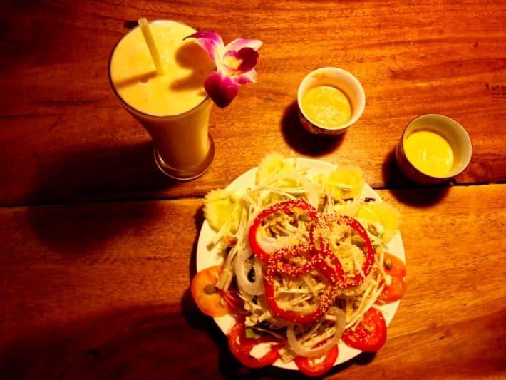 Salat und Shake im Ethos Bangkok