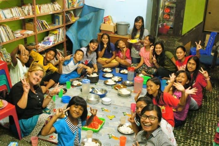 Kinder beim Essen unterstützt von Bags for Kids