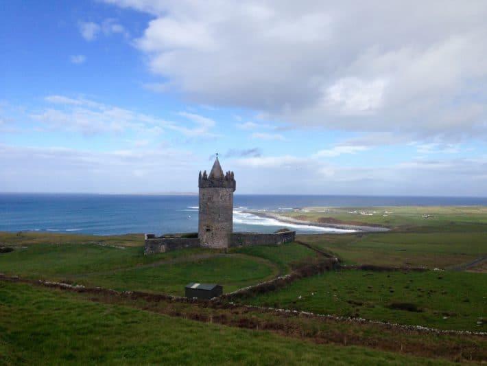 Donnagore Castle, Schloßturm,wie aus dem Märchen auf dem Weg zu den Cliffs of Moher zu sehen