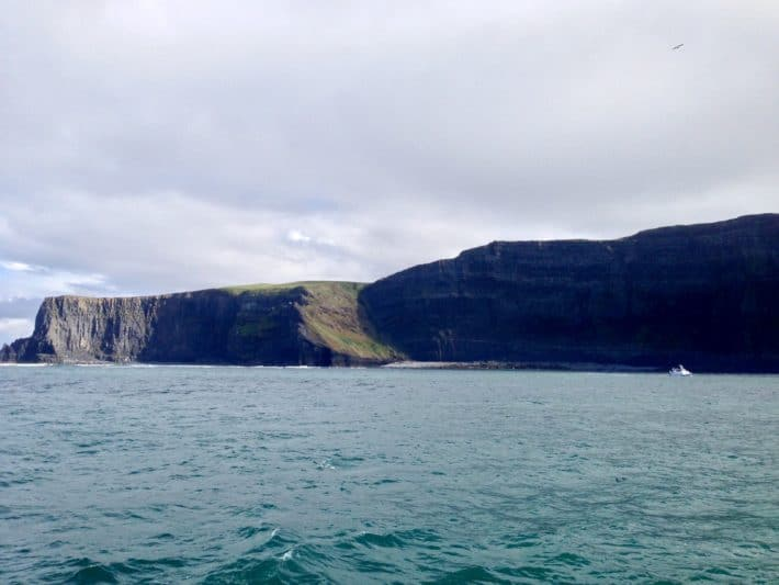 Wassersicht auf die Cliffs of Moher