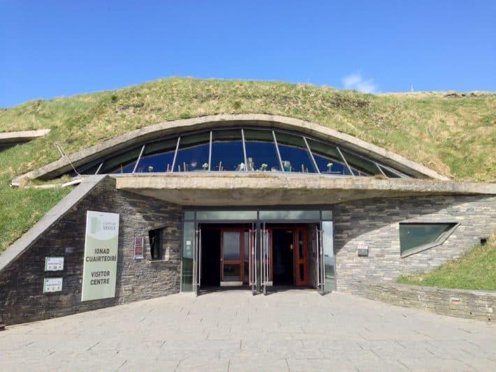 Das Besucherzentrum der Cliffs of Moher ist in den Berg reingebaut. Sieht toll aus