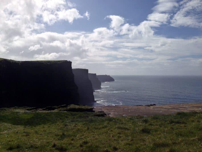 Atemberaubende Aussicht von den Cliffs of Moher, Klippen, Grün, Ozean