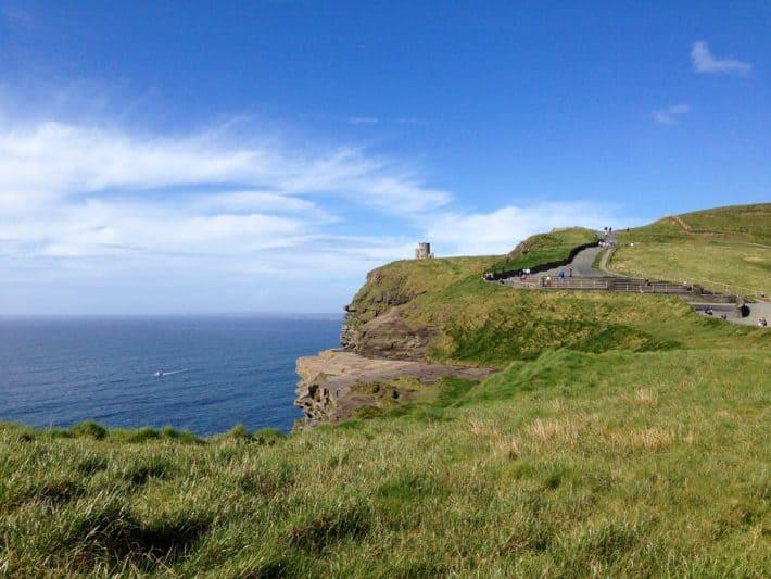 Eine Wegalternative an den Cliffs of Moher, rechts lang