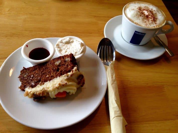 Karottenkuchen und Kaffee im Doolin Cafe