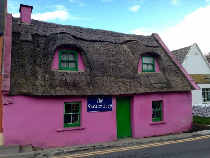 Pinkes Haus auf der Fisherstreet in Doolin, ganz in der Nähe der Cliffs of Moher