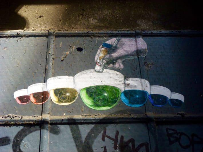 Streetart, Überwachungskamera in unterschiedlichen Farben mit unterschiedlichen Kameras