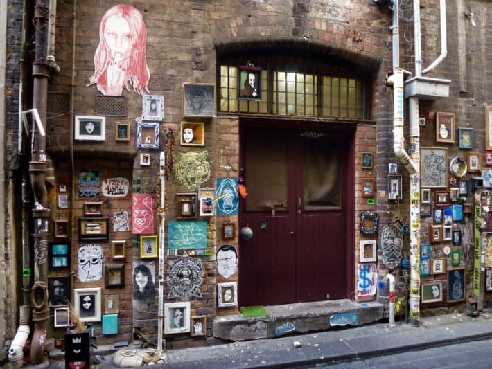 Streetart, Hauswand voller Bilderrahmen und Kunstwerke in Melbourne