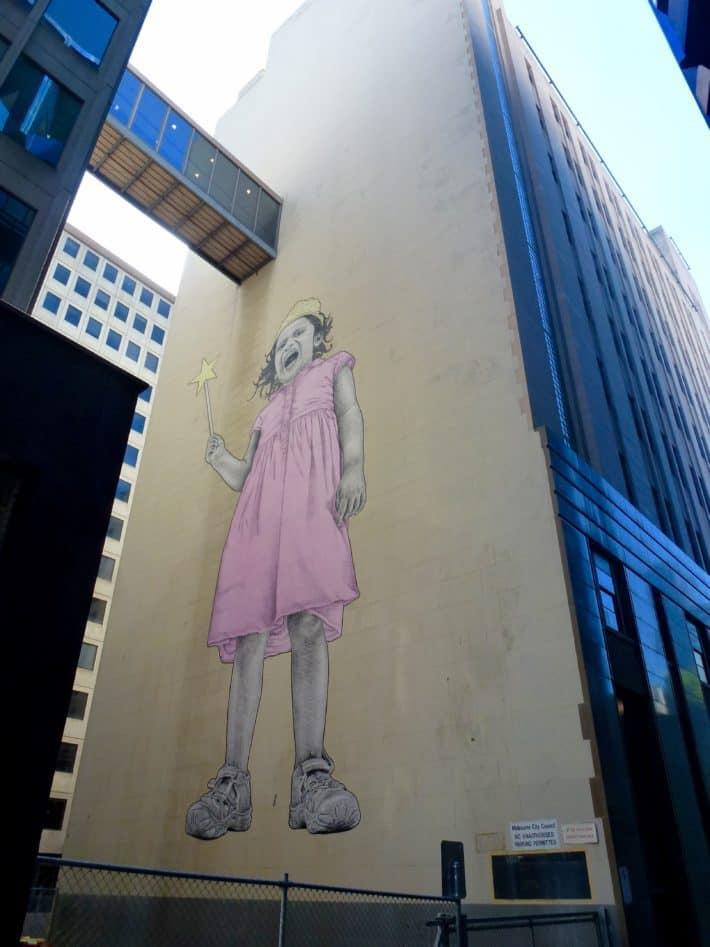 Streetart, schreiendes, großes Mädchen auf Hauswand