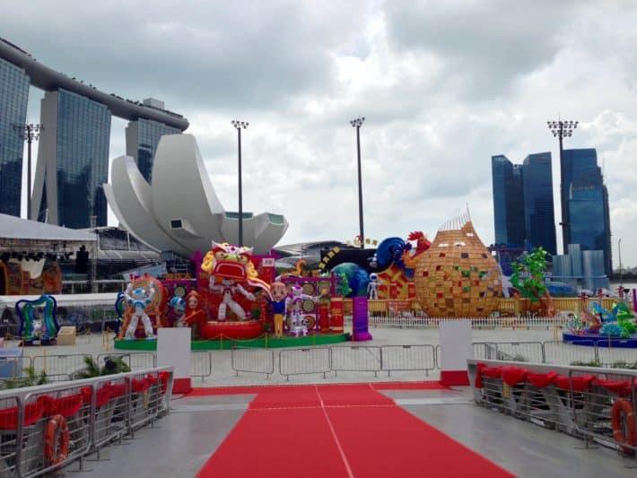 Chinese New Year, Bühnenaufbau, am Wasser, in Singapur, bunt, Jahr des Feuer-Hahn