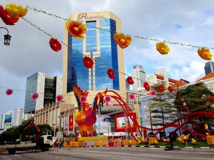 Chinese New Year, Singapur, Straßensperre, Hahn, Lampions, Kran, Vorbereitungen für das Fest